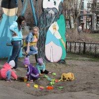 На детской площадке :: Олег Афанасьевич Сергеев