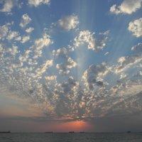 Небесный веер закатных лучей над морем . :: Александр