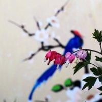 Птичка и цветы :: Юрий Гайворонский