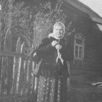 Моя бабушка у своего дома в с.Фроловское (1950-е) :: Юрий Поляков