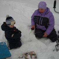Зимняя рыбалка с внуком. :: Елена Салтыкова(Прохорова)