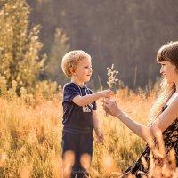 Любая травинка -это лучший подарок для мамы от любимого сынули. :: Наталья Мячикова