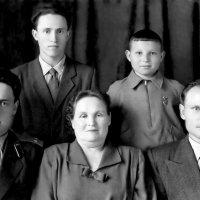 Старое семейное фото после реставрации :: Михаил Костоломов