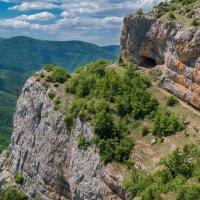 выступ горы Бойка с Коровьим гротом :: Андрей Козлов