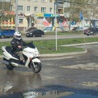 При цене бензина более 40 рублей за литр - скутер - самое то! :: Михаил Полыгалов