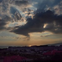 городской пейзаж с морем и небесами :: Валерий Дворников