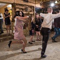 Зажигательный танец свидетелей главного торжества в жизни жениха и невесты. :: эдуард харитонов