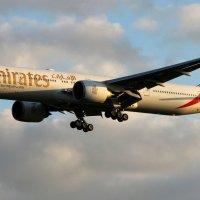 Emirates Boeing 777-300 :: ast62