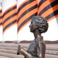 Фрагмент памятника театральному зрителю. :: Лариса Вишневская