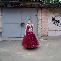 А на встречу вроде просто девчонка малышка идёт, а вроде маленькая принцесса! :: Ольга Кривых