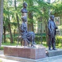 Памятник семье Гумилевых – Ахматовой (боковой ракурс) :: Галина Каюмова
