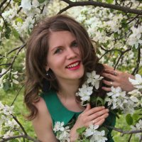 Маша в яблонях. :: Александр Бабаев