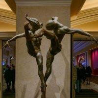 Одна из скульптур у входа в зрительный зал Цирка дю Солей :: Юрий Поляков