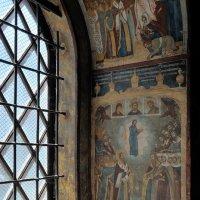 Лучи утреннего солнца в старой церкви :: Николай Белавин