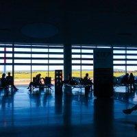 Весь мир на мобильный. Аэропорт Самара. :: Владимир Филимонов