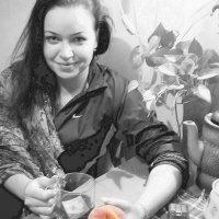 Девушка с персиком. :: Владимир Бочкарёв
