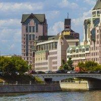 Москва,на берегу Москва реки :: Петр Беляков