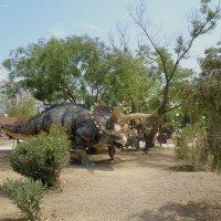 Динозаврик на прогулке :: Александр Рыжов