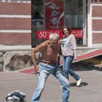 Танцы на улице с оголённым торсом :: Александр Степовой