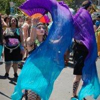 Упражнение с полотнами. На параде русалок на Кони Айлэнд в Брукклине :: Олег Чемоданов