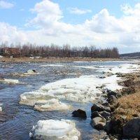Ещё остался лёд по берегам... :: Ирина Яромина