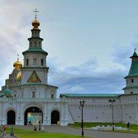 Святые врата венчает Храм Входа Господня в Иерусалим. :: Татьяна Помогалова