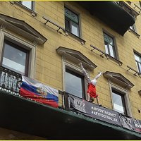 На балконе на Невском в стойке на руках завис футболист :: Вера