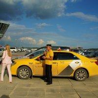 Таксист с трубкой в желтом цвете :: Наталья Т