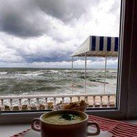 В теплом кафе в компании прекрасного человека :: Galina Belugina