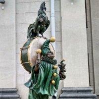 Скульптура клоуна с петухом у здания цирка, г. Минск :: Tamara *