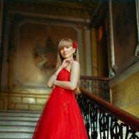 Девушка в красном платье :: Елена