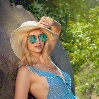 Елена в шляпе и очках :: Александр