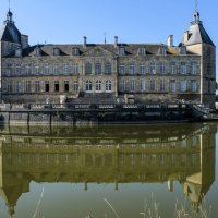 замок Сюлли окружен водой :: Георгий