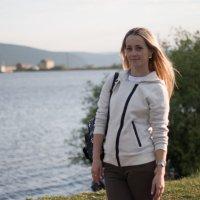 Девушка на набережной :: Николай Гейкер