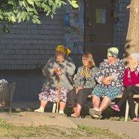 И кто придумал урну перед бабушками поставить на лобное место, в красный угол? :: Михаил Полыгалов