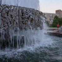 Наблюдающие у фонтана :: Валерий Михмель