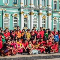 Довольные туристы на Дворцовой площади, Санкт-Петербург :: Uliya