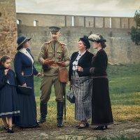 Порутчик что-то втирает дамам про войну и немцев. :: Виктор Седов
