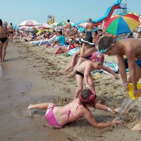 Яблоку на пляже упасть негде... :: Тамара Бедай
