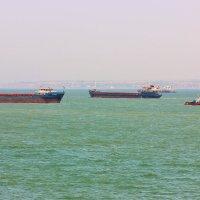 Пробки в море.Керченский пролив.Крым. :: Лариса Исаева