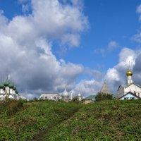 Горизонтальная линия Ростовского Кремля за землянними валама :: Георгий