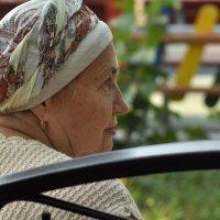 Портрет бабушки на парковой скамеечке :: delete