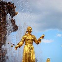 Одна из девушек установленная вокруг чаши фонтана :: Игорь Осипенко