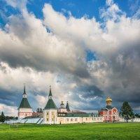 Небо над Иверским монастырем :: Юлия Батурина