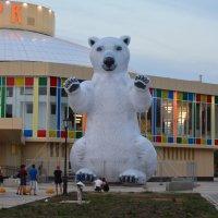 Новинка от рязанских скульптурных дизайнеров: 10-метровый белый медведь у входа в цирк :: Александр Буянов