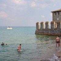 Купания у подножия старинной крепости Сирмионе :: Лира Цафф