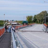 Москва-река у Коломенского кремля, понтонный мост возвращается на место :: Владимир Брагилевский