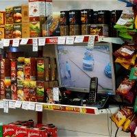 Удобно: покупаешь продукты и смотришь за своей машиной :: Светлана Лысенко