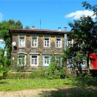 Дом с красным подъездом и геранью на подоконниках :: Светлана Лысенко