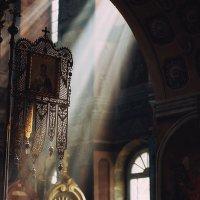 В Успенской церкви , очень много световых эффектов :: Alexander Royvels